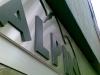 Edelstahlblende mit aufgesetzten Buchstaben aus schwarzem PVC-Schaum