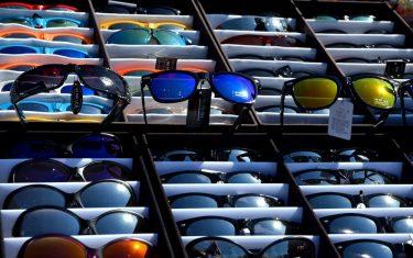 Sonnenbrillen mit verschiedenen Farben